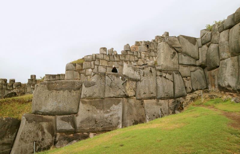 Sacsayhuaman堡垒,库斯科,秘鲁,南美洲令人惊讶的巨大的古老印加人石墙  免版税库存照片