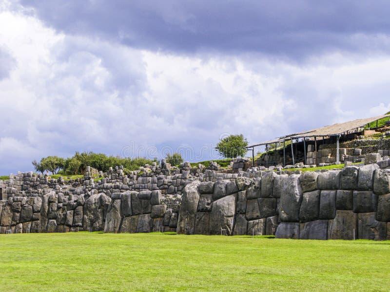 Sacsayhuaman Incas fördärvar i peruanska Anderna på Cuzco arkivfoton
