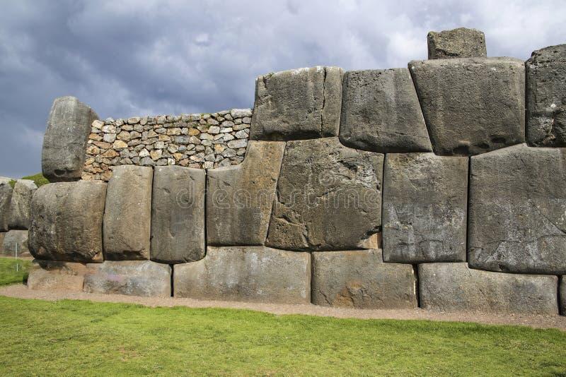 Sacsayhuaman väggar, forntida incafästning nära Cuzco arkivfoton