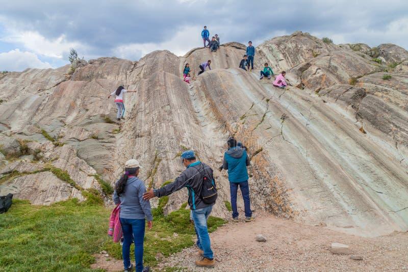 SACSAYWAMAN PERU, MAJ, - 24, 2015: Ludzie z dziećmi na naturalnych obruszeniach przy Inca ruinami Sacsaywaman blisko Cuzco, Na zdjęcia royalty free