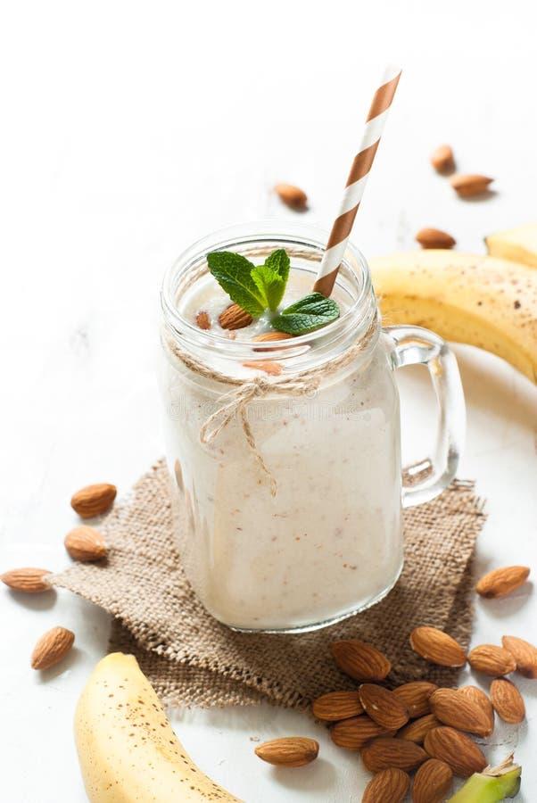 Sacuda de la leche, del plátano y del coco de la almendra fotografía de archivo