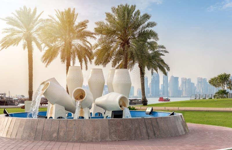 Sacuda la fuente en la calle del corniche, Doha imágenes de archivo libres de regalías