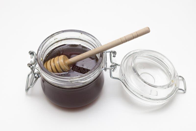 Sacuda la miel del alforfón con la cuchara de madera en blanco fotografía de archivo libre de regalías