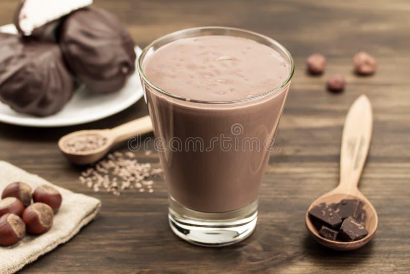 Sacudida de chocolate con el corazón en fondo de madera Cóctel, smoothies foto de archivo