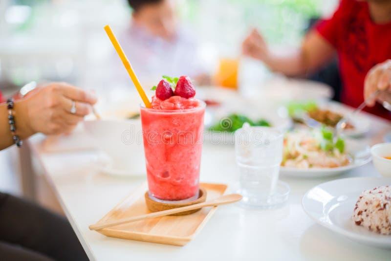 Sacudida de Juice Strawberry en la tabla blanca en restaurante foto de archivo