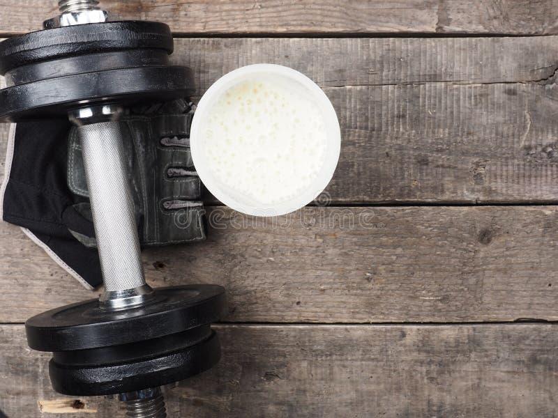 Sacudida de la proteína con la pesa de gimnasia, visión superior fotos de archivo libres de regalías