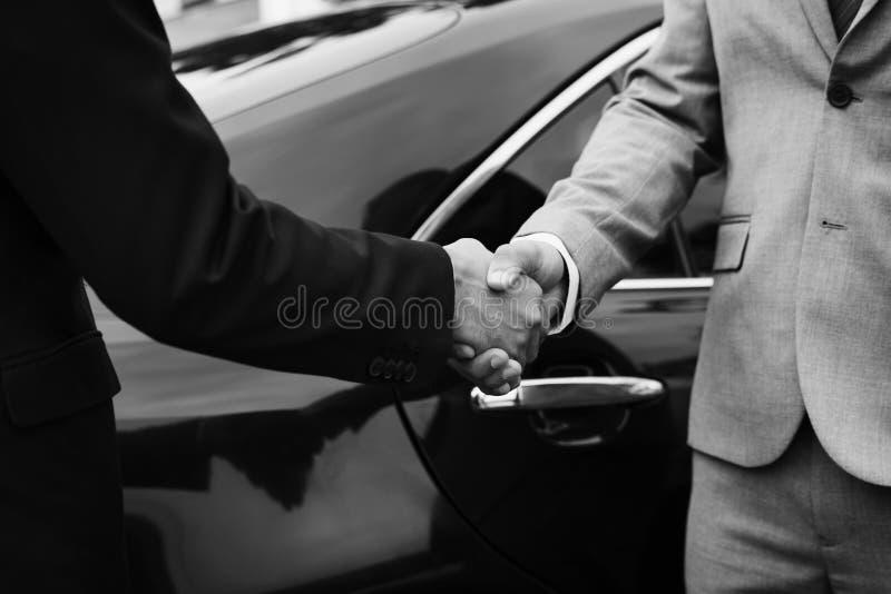 Sacudida de las manos del trato del acuerdo de los hombres de negocios imagen de archivo