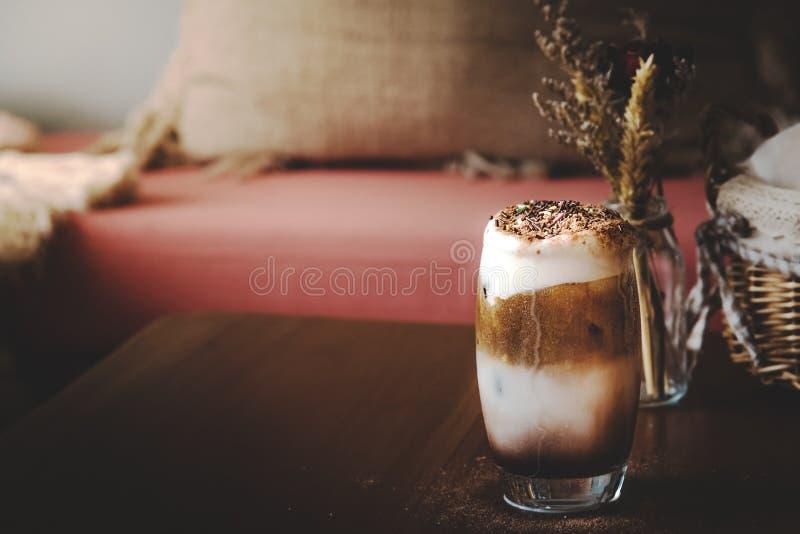 Sacudida del chocolate caliente con café imagen de archivo