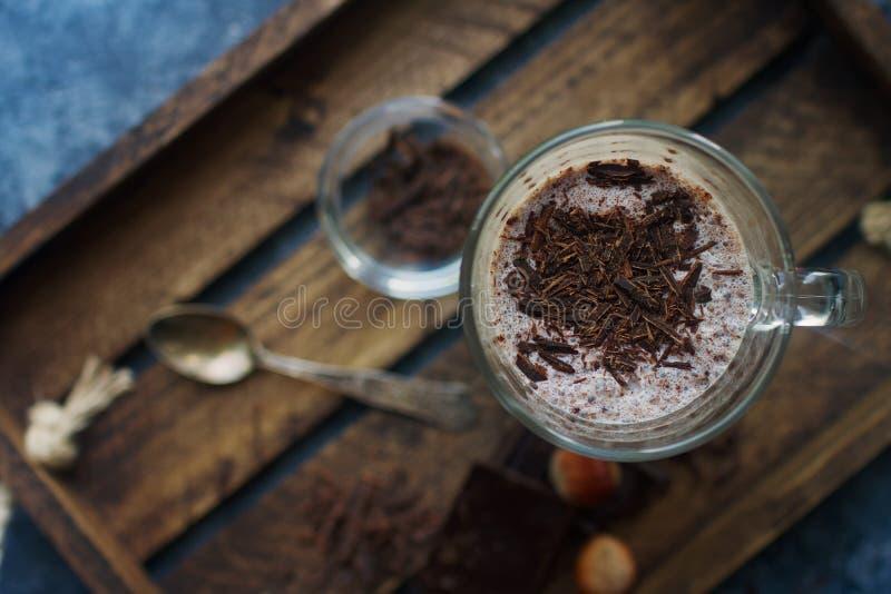 Sacudida hecha en casa del chocolate caliente en vidrios en fondo de madera fotografía de archivo libre de regalías