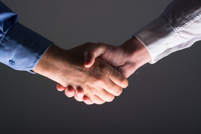 Sacudida masculina de dos manos del hombre de negocios fotografía de archivo