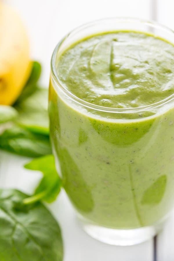 Sacudida verde sabrosa absolutamente asombrosa o Smoothie del aguacate, hecho con los aguacates, el plátano, el jugo de limón y n fotografía de archivo libre de regalías
