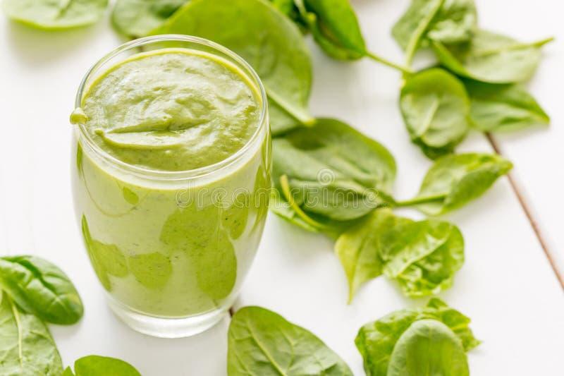 Sacudida verde sabrosa absolutamente asombrosa o Smoothie del aguacate, hecho con los aguacates, el plátano, el jugo de limón y n fotos de archivo
