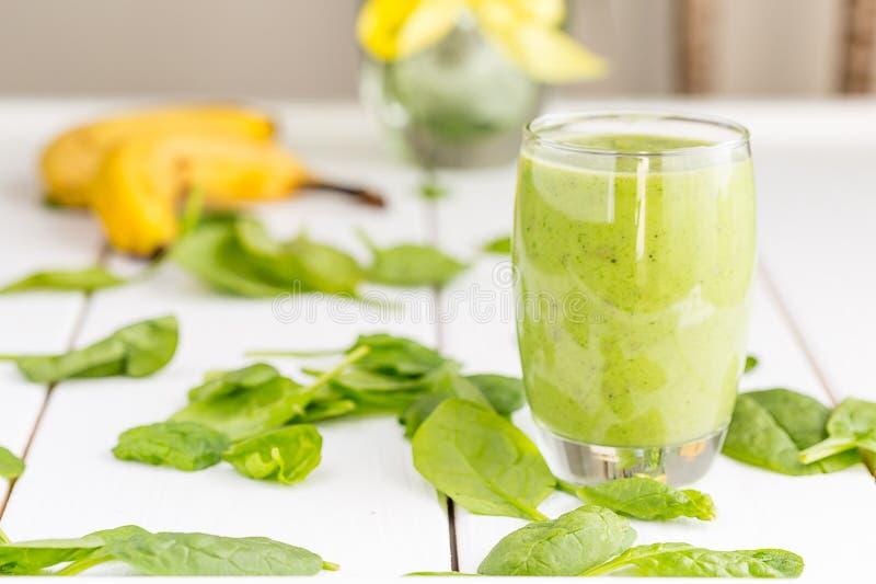 Sacudida verde sabrosa absolutamente asombrosa o Smoothie del aguacate, hecho con los aguacates, el plátano, el jugo de limón y n foto de archivo