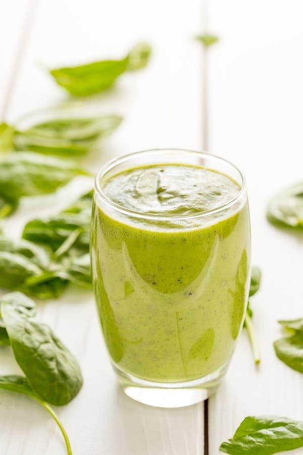 Sacudida verde sabrosa absolutamente asombrosa o Smoothie del aguacate, hecho con los aguacates, el plátano, el jugo de limón y n fotos de archivo libres de regalías