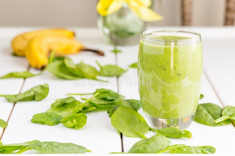 Sacudida verde sabrosa absolutamente asombrosa o Smoothie del aguacate, hecho con los aguacates, el plátano, el jugo de limón y n imagen de archivo libre de regalías