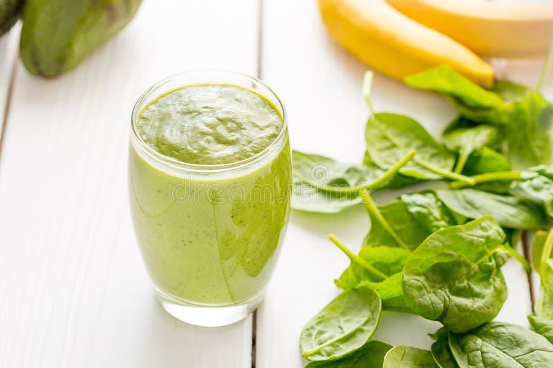 Sacudida verde sabrosa absolutamente asombrosa o Smoothie del aguacate, hecho con los aguacates, el plátano, el jugo de limón y n foto de archivo libre de regalías