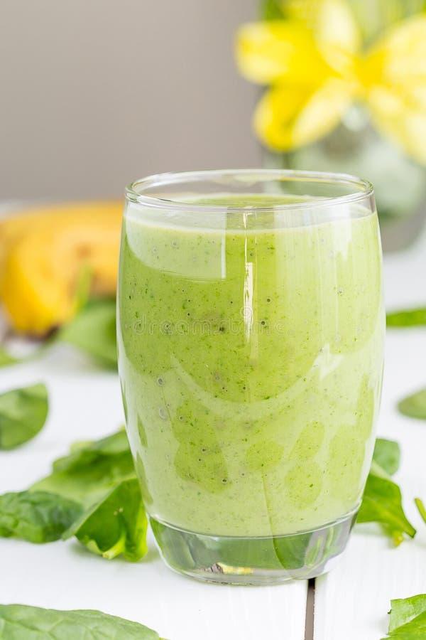 Sacudida verde sabrosa absolutamente asombrosa o Smoothie del aguacate, hecho con los aguacates, el plátano, el jugo de limón y n imagenes de archivo