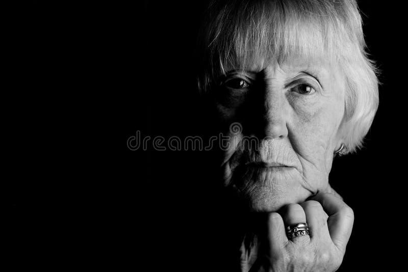 SAD äldre kvinna royaltyfria bilder