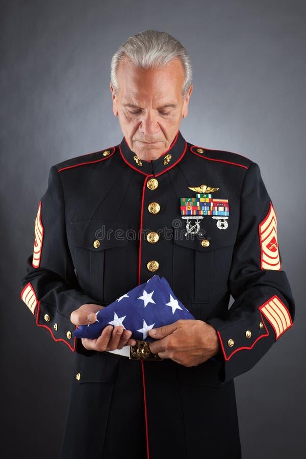 SAD flotta som rymmer en flagga fotografering för bildbyråer