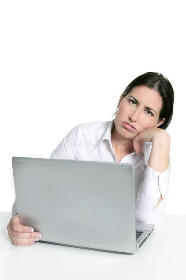 SAD kvinna för ilsken uttråkad datorbärbar dator royaltyfria bilder