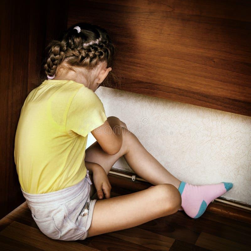 SAD litet för flicka royaltyfria bilder