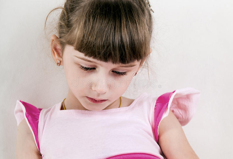 SAD litet för flicka fotografering för bildbyråer