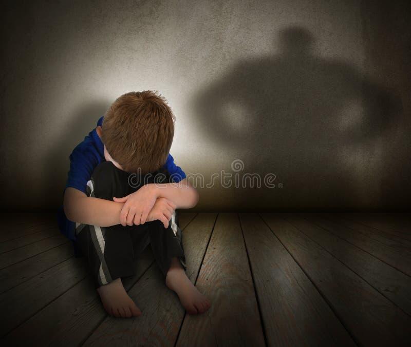 SAD missbrukad pojke med ilskaskugga royaltyfri bild