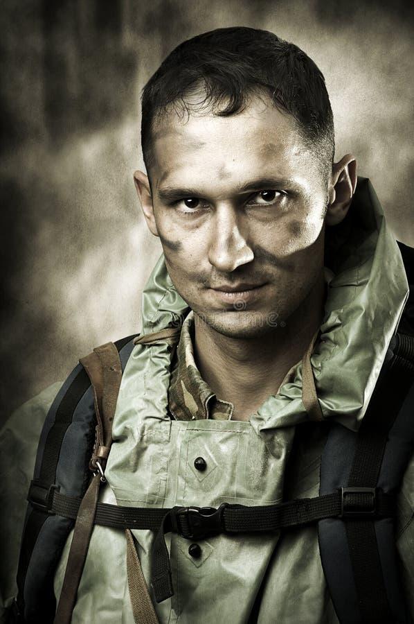 SAD soldat för stilig manstående fotografering för bildbyråer
