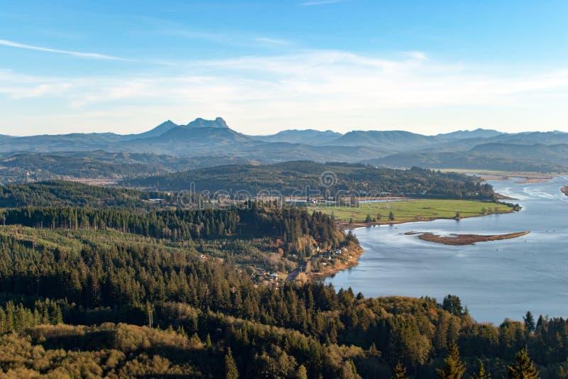 Sadelberg och Young flod från Astoria, Oregon arkivfoton