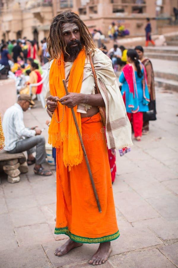 Sadhu święty mężczyzna na Dashashwamedh Ghat Ganga rzeka Varanasi jest najwięcej znacząco pielgrzymek miejsc w India obraz royalty free