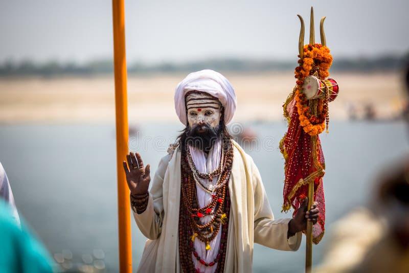 Sadhu święty mężczyzna na ghats Ganga rzeka Varanasi jest najwięcej znacząco pielgrzymek miejsc w India fotografia stock