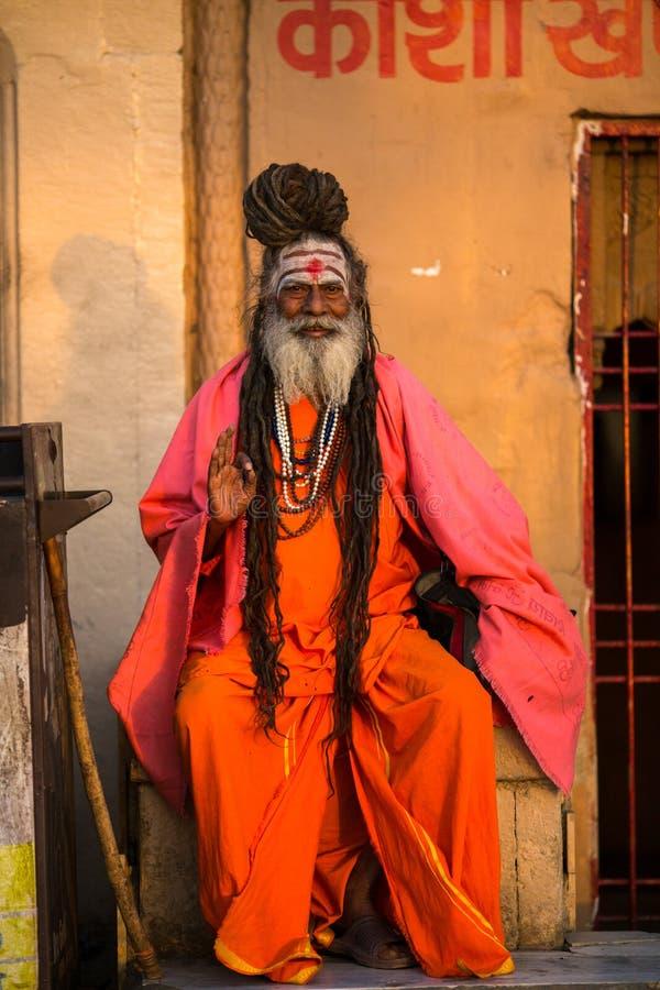 Download Sadhu Of Baba Heilige Mens Op Ghats Van De Rivier Van Ganges Redactionele Stock Foto - Afbeelding bestaande uit baard, menselijk: 114225533
