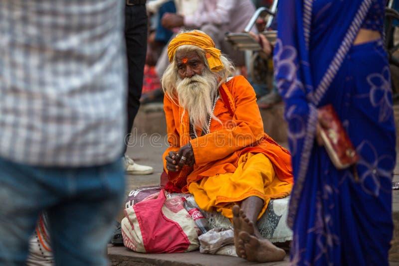 Download Sadhu Of Baba Heilige Mens Op Ghats Van De Rivier Van Ganges Redactionele Afbeelding - Afbeelding bestaande uit mannetje, openlucht: 114226765