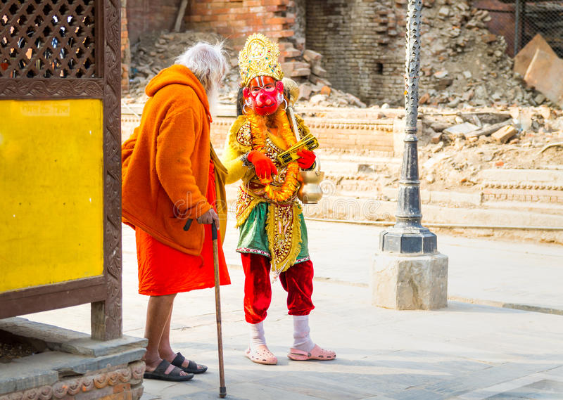 Sadhu Baba que fala a Hanuman ou a Entellus fotografia de stock