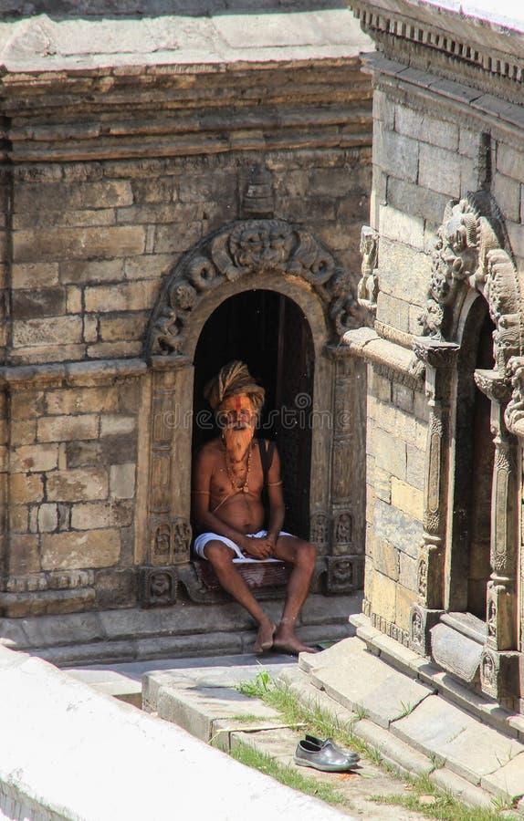Sadhu es un monje ascético religioso en el hinduismo y el jainismo que ha renunciado a la vida mundana A veces son referencias al imagenes de archivo