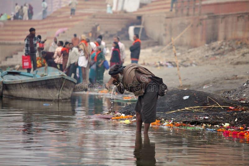Sadhu från vatten för Aghori sektdrinkar från den Ganga floden royaltyfri foto
