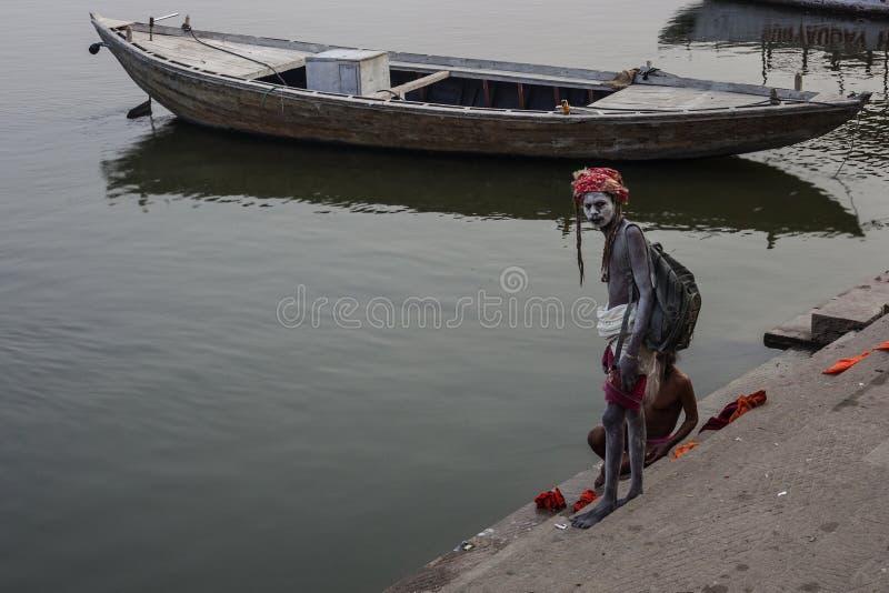 Sadhu går på ghaten längs Gangesen i Varanasi, Indien royaltyfri fotografi