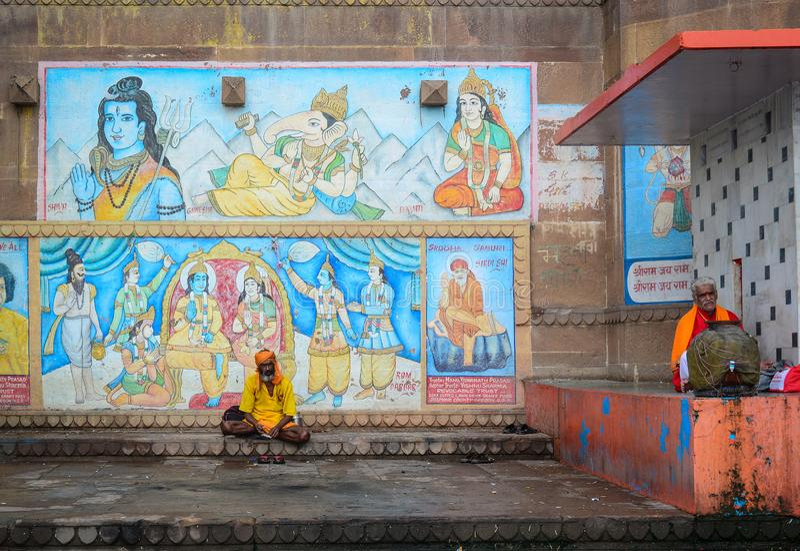 Sadhu of heilige mensen die op ghats zitten royalty-vrije stock foto's