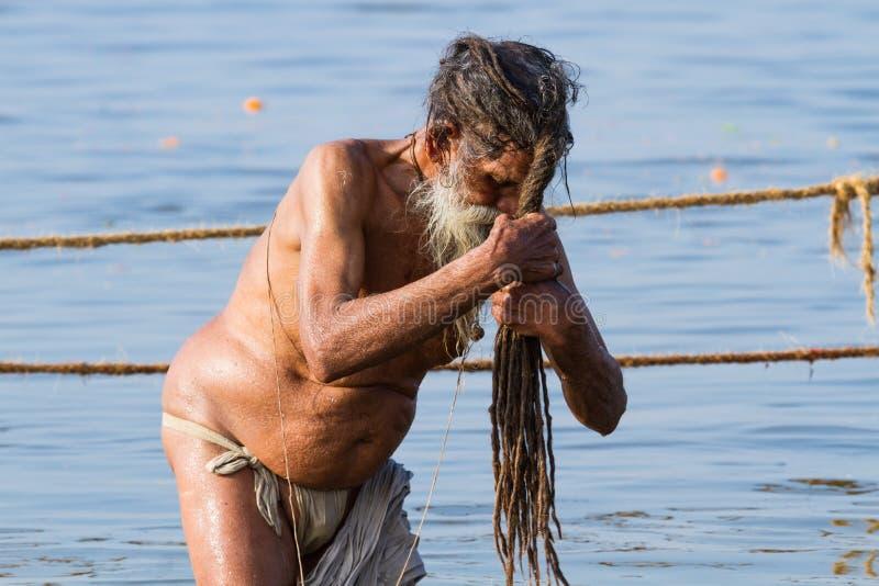 Download Sadhu Hindú Que Se Baña En El Kumbha Mela, La India Fotografía editorial - Imagen de indio, peregrino: 42432562