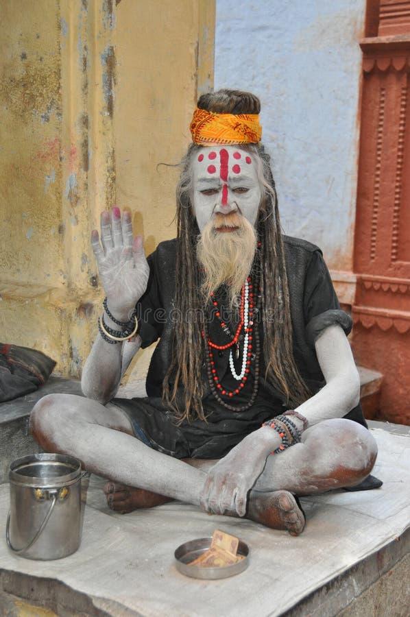Sadhu (hombre santo) en Varanasi, la India imagenes de archivo
