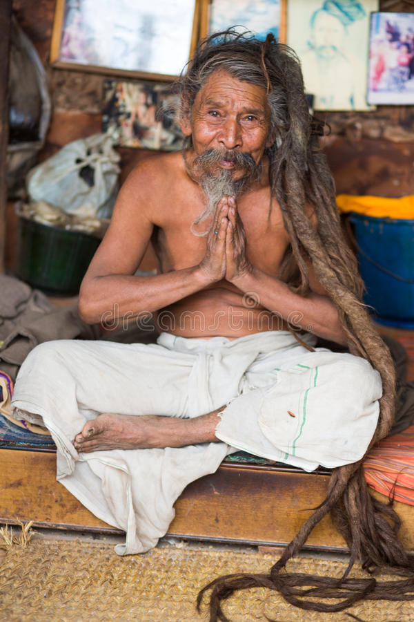 Sadhu - homem santamente que reza em Kathmandu imagem de stock royalty free