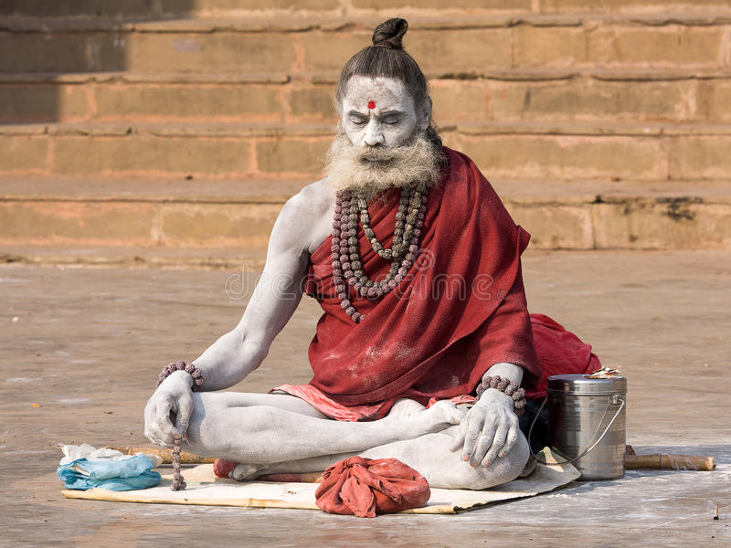 Sadhu indiano (homem santamente). Varanasi, Uttar Pradesh, Índia. imagem de stock royalty free