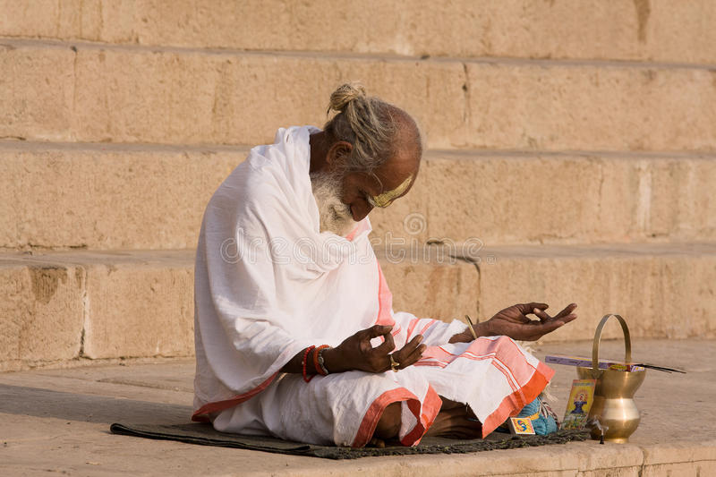Sadhu indiano (homem santamente). Varanasi, Uttar Pradesh, Índia. imagens de stock