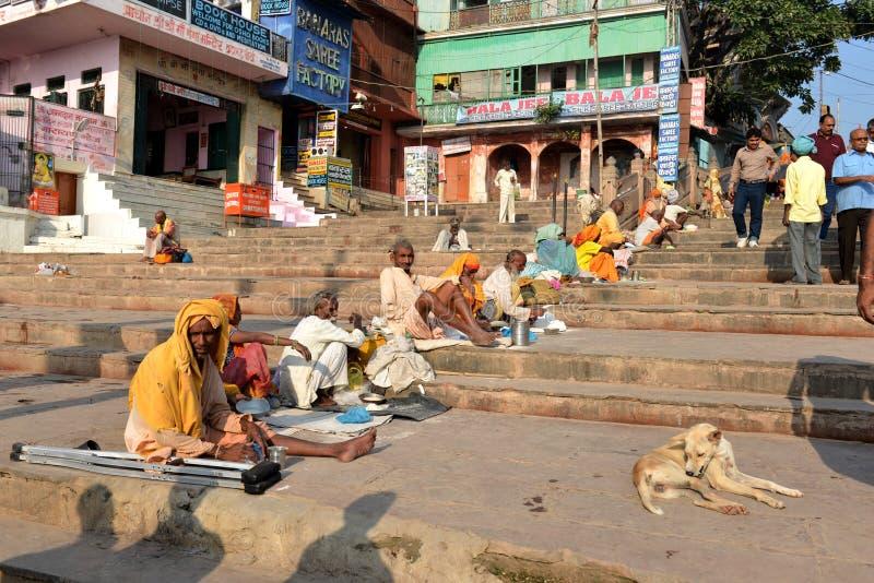 Sadhu indou priant sur Ghats photos libres de droits
