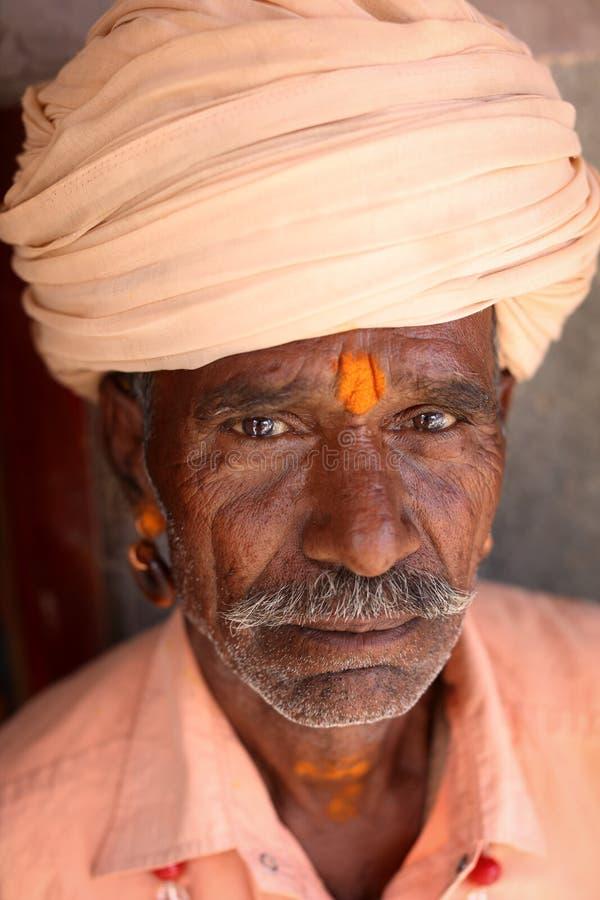 Sadhu ( man) santo; con el turbante en Ujjain, la India fotografía de archivo