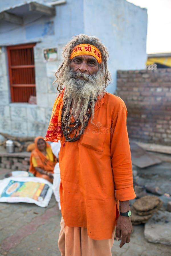 Sadhu non identifié de N - homme saint indou images libres de droits