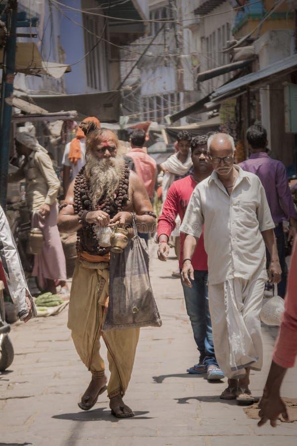 Sadhu på gatan i Varanasi Indien royaltyfria bilder