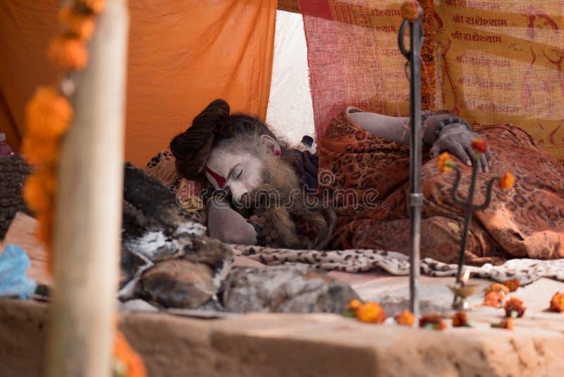 Sadhu sömn royaltyfri bild