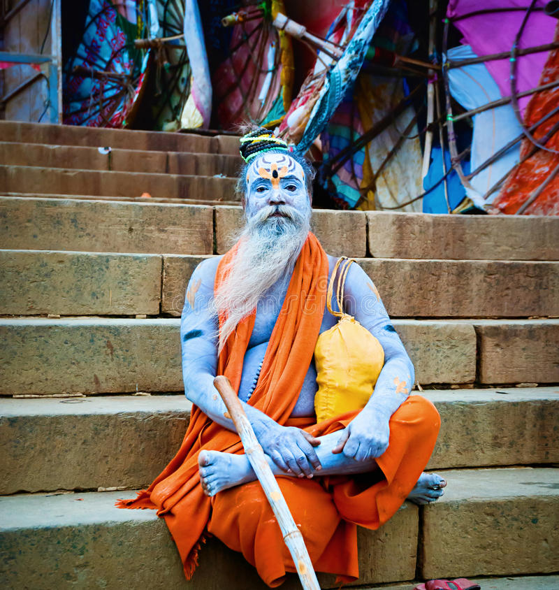 Sadhu sitter nära floden Ganges, Varanasi, Indien. royaltyfri fotografi