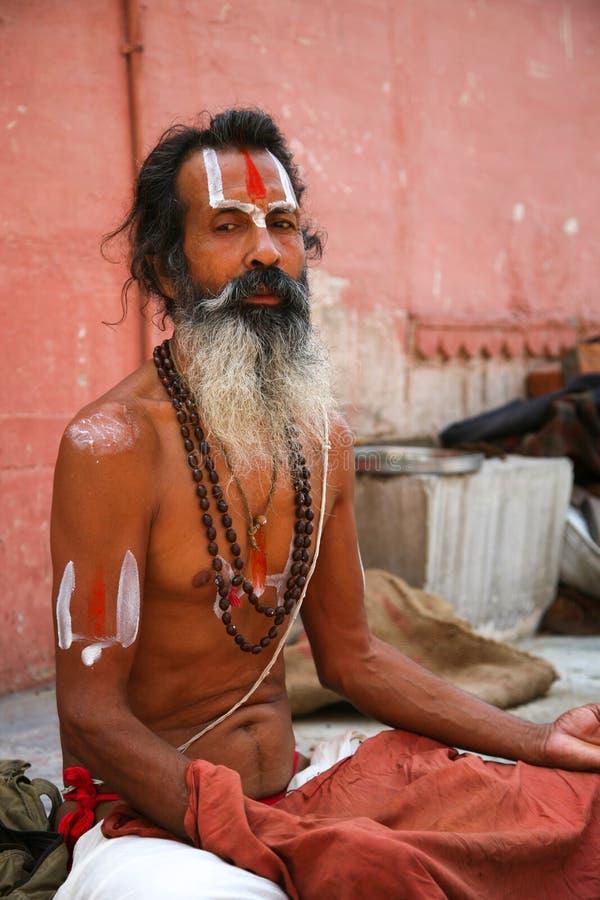 Sadhu sitzt auf dem ghat entlang dem Ganges stockfoto